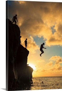 Hawaii, Oahu,  North Shore, Waimea Bay, Divers Jumping off Cliff