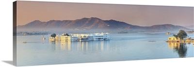 India, Rajasthan, Udaipur, Lake Pichola and Lake Palace