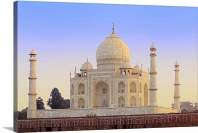 India, Uttar Pradesh, Agra, Taj Mahal in rosy dawn light