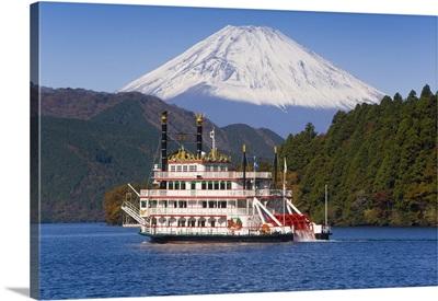 Japan, Fuji-Hakone-Izu National Park, Tourist pleasure boat in front of Mount Fuji