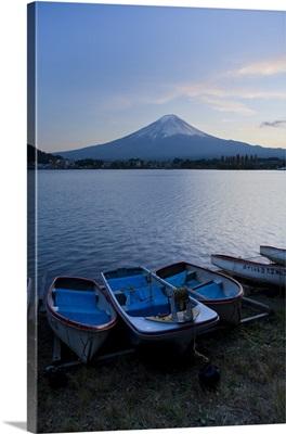 Japan, Honshu Island, Kawaguchi Ko Lake, Mt. Fuji and boats
