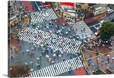Japan, Tokyo, Shibuya, Shibuya Crossing, crowds of people crossing intersection