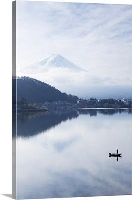 Lake Ashinoko with Mount Fuji behind, Fuji-Hakone-Izu National Park, Honshu, Japan