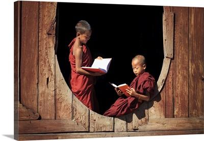 Myanmar, Shan State, Shwe Yaunghwe Kyaung monastery, novice monks