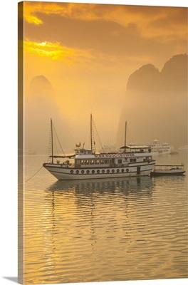 Vietnam, Halong Bay, tourist boats, sunrise