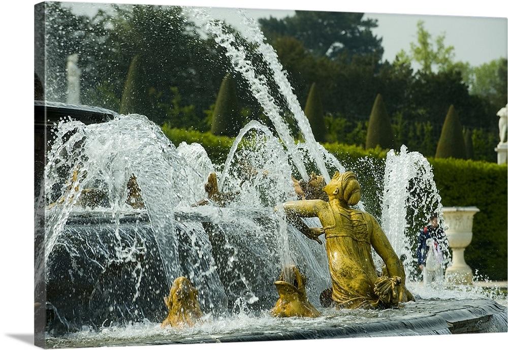 Fountain in a garden, Bassin De Latone, Versailles, Paris, Ile de France,  France