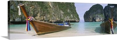 Longtail boats moored on the beach, Mahya Beach, Ko Phi Phi Lee, Phi Phi Islands, Thailand