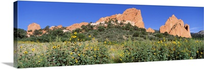 Low angle view of towering sandstone rock formations, Garden Of The Gods, Colorado Springs, Colorado