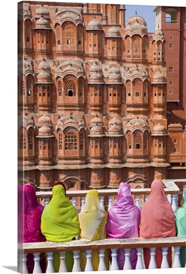 Women in bright saris in front of the Hawa Mahal