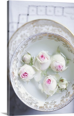 White roses in a bowl of water