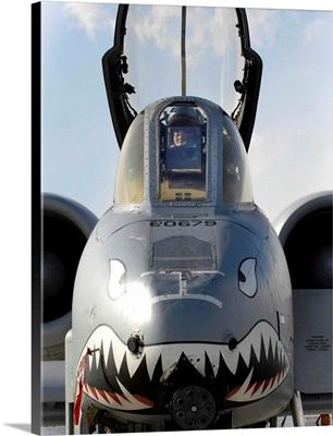 A pilot prepares to dismount his A-10C Thunderbolt II