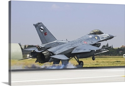 A Turkish Air Force F-16C Fighting Falcon landing on the runway