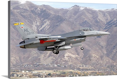 A U.S. Air Force F-16C Fighting Falcon landing at Hill Air Force Base, Utah