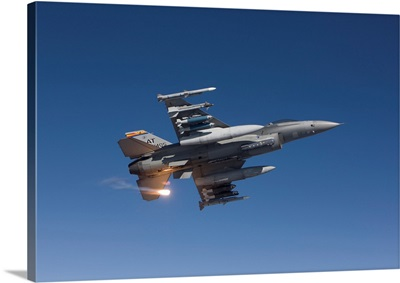 An F-16 Fighting Falcon releases a flare