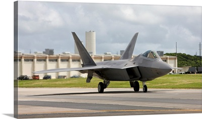 An F-22 Raptor taxies to the end of runway at Kadena Air Base, Japan