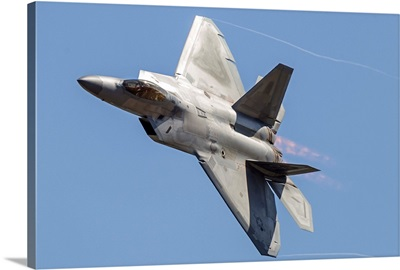 An F-22A Raptor of the U.S. Air Force turns at high speed