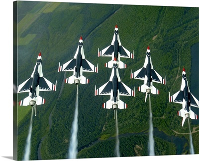 he Thunderbird aerial demonstration team performs a loop while in the Delta formation
