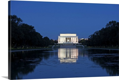 Lincoln Memorial reflection in pool, Washinton D.C., USA