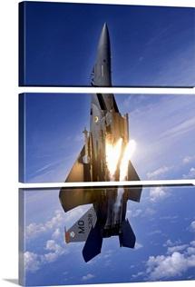 An F15E Strike Eagle pops flares